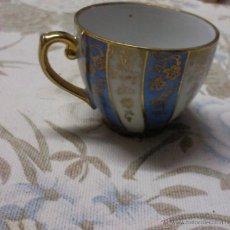 Antigüedades: TAZA DE CAFÉ DE PORCELANA FINA INGLESA PMK CON ORO DE 24KL. Lote 174074174