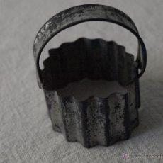 Antigüedades: MOLDE PARA REPOSTERIA, PASTAS, GALLETAS, METALICO HOJALATA.6 X 4,5 CM. VER FOTOS Y DESCRIPCION.. Lote 41160017