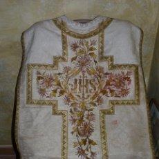 Antigüedades: ESPECTACULAR CASULLA DE CURA SIGLO XIX CRUZ BORDADA ORO. Lote 41198662