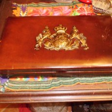 Antigüedades: ANTIGUA CAJA DE MADERA CON ESCUDO DE METAL. Lote 73500842