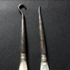 Antigüedades: LOTE DE DOS ANTIGUOS UTENSILIOS DE COSTURA CON MANGO DE NACAR * LEZNA * GANCHO. Lote 41341326