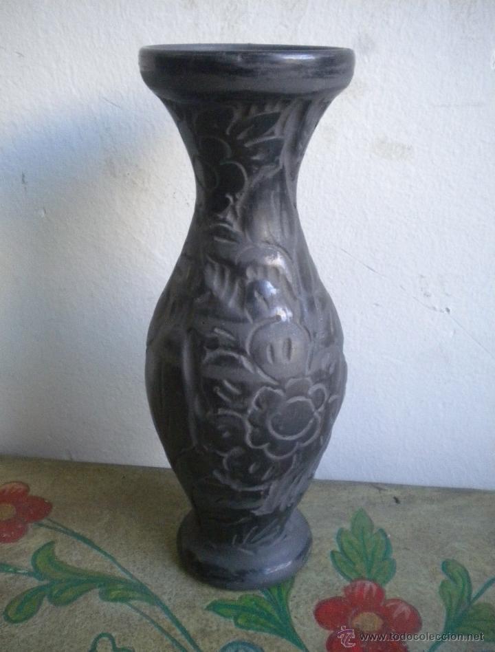 ANTIGUO JARRON DE CERAMICA NEGRA TRABAJADO CON FLORES (Antigüedades - Porcelanas y Cerámicas - Otras)