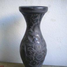 Antigüedades: ANTIGUO JARRON DE CERAMICA NEGRA TRABAJADO CON FLORES. Lote 41352690