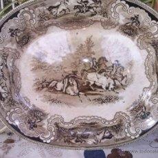 Antigüedades: ANTIGUA BANDEJA DE CARTAGENA OVALADA COLOR MARRON, ESCENA LA CAZA DEL TORO, SELLO INCISO Y TINTA.. Lote 41358867