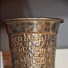 Antigüedades: MUY ANTIGUO VASO DE METAL PLATEADO REPUJADO CON TEXTO Y FECHA EN BASE. Lote 27816857