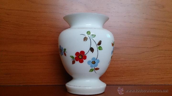Antigüedades: Antiguo jarroncito en opalina blanca pintado a mano con motivos florales . - Foto 2 - 41443405