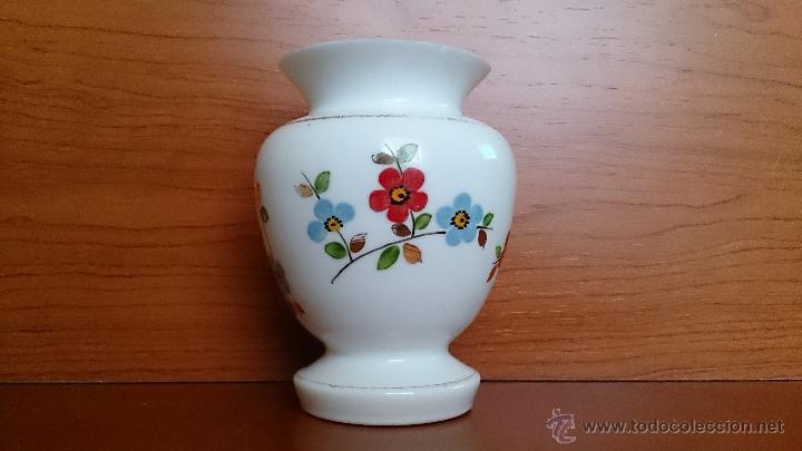 Antigüedades: Antiguo jarroncito en opalina blanca pintado a mano con motivos florales . - Foto 3 - 41443405