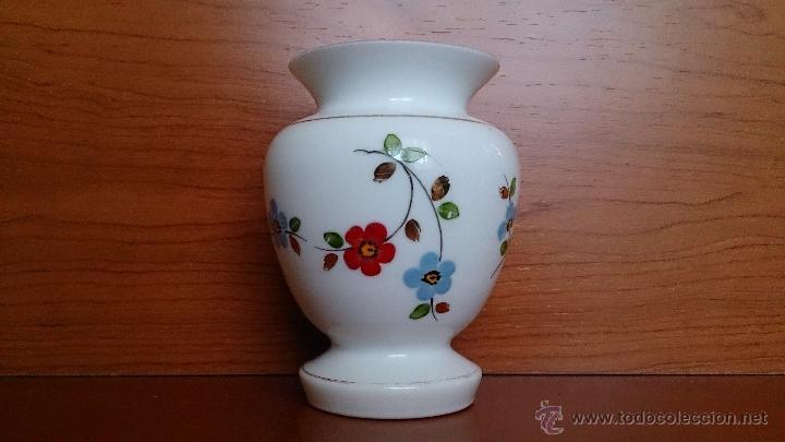 Antigüedades: Antiguo jarroncito en opalina blanca pintado a mano con motivos florales . - Foto 4 - 41443405