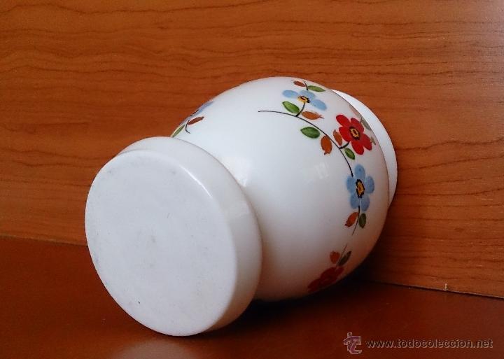Antigüedades: Antiguo jarroncito en opalina blanca pintado a mano con motivos florales . - Foto 5 - 41443405