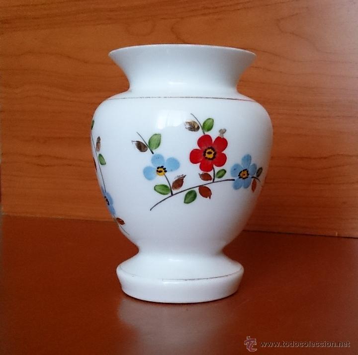 Antigüedades: Antiguo jarroncito en opalina blanca pintado a mano con motivos florales . - Foto 8 - 41443405