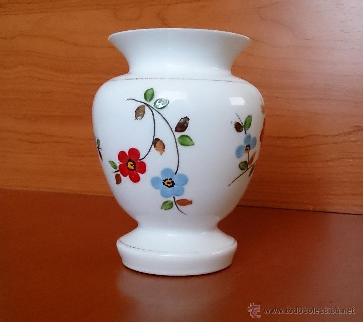 Antigüedades: Antiguo jarroncito en opalina blanca pintado a mano con motivos florales . - Foto 9 - 41443405