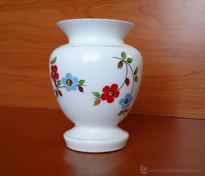 Antigüedades: Antiguo jarroncito en opalina blanca pintado a mano con motivos florales . - Foto 10 - 41443405