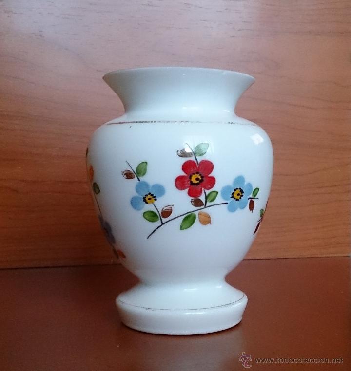 Antigüedades: Antiguo jarroncito en opalina blanca pintado a mano con motivos florales . - Foto 11 - 41443405