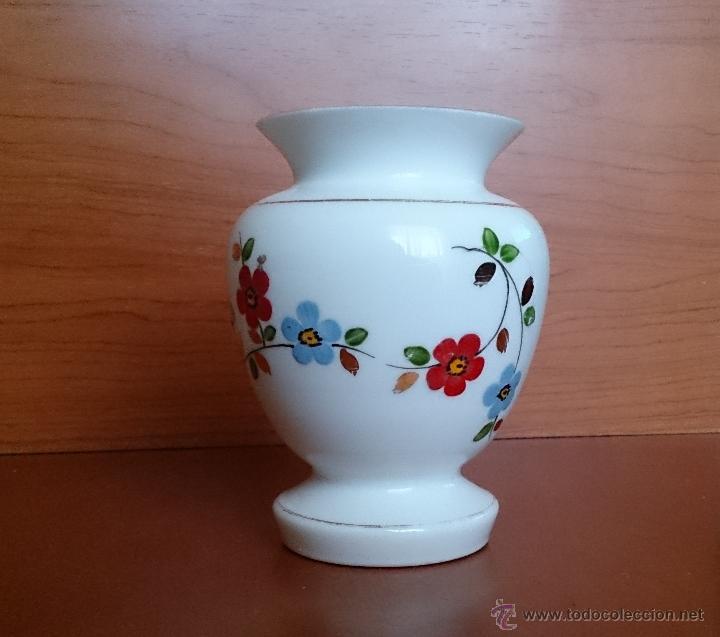 Antigüedades: Antiguo jarroncito en opalina blanca pintado a mano con motivos florales . - Foto 12 - 41443405