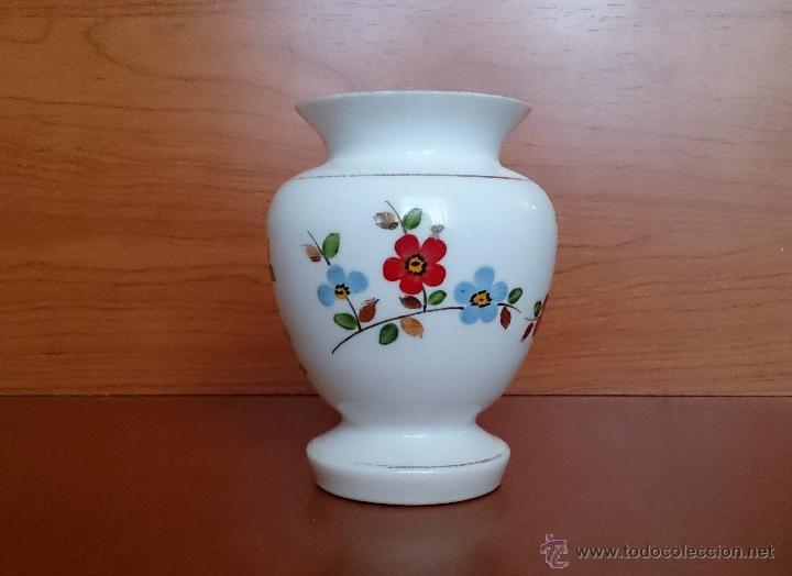 Antigüedades: Antiguo jarroncito en opalina blanca pintado a mano con motivos florales . - Foto 13 - 41443405