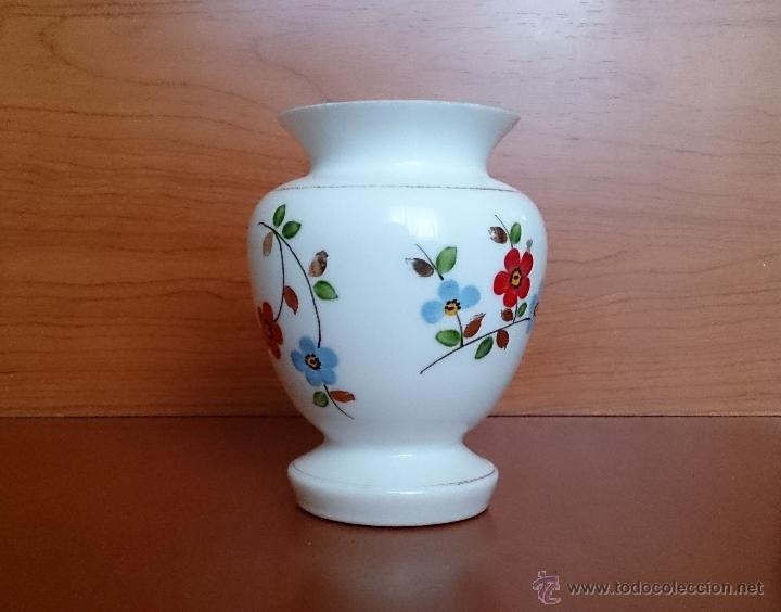Antigüedades: Antiguo jarroncito en opalina blanca pintado a mano con motivos florales . - Foto 14 - 41443405