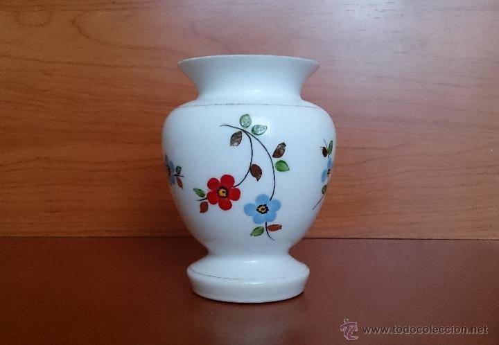 Antigüedades: Antiguo jarroncito en opalina blanca pintado a mano con motivos florales . - Foto 15 - 41443405