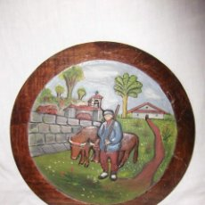 Antigüedades: ANTIGUO PLATO DE MADERA TALLADA Y PINTADA AL OLEO ESCENA VASCA. Lote 41525009