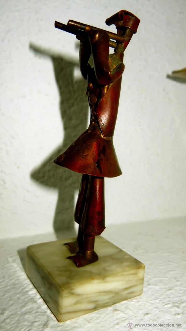 Antigüedades: Preciosa escultura vintage en cobre, musico, firmada - Foto 2 - 41527034