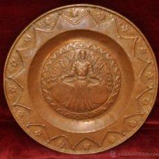 Antigüedades: DECORATIVO PLATO REALIZADO EN COBRE REPUJADO. CIRCA 1890-1900. Lote 41550951