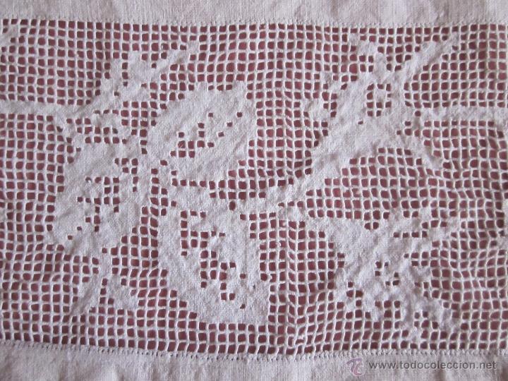 Antigüedades: Antiguo tapete de hilo tejido en telar doméstico bordado a mano - Foto 2 - 41590421