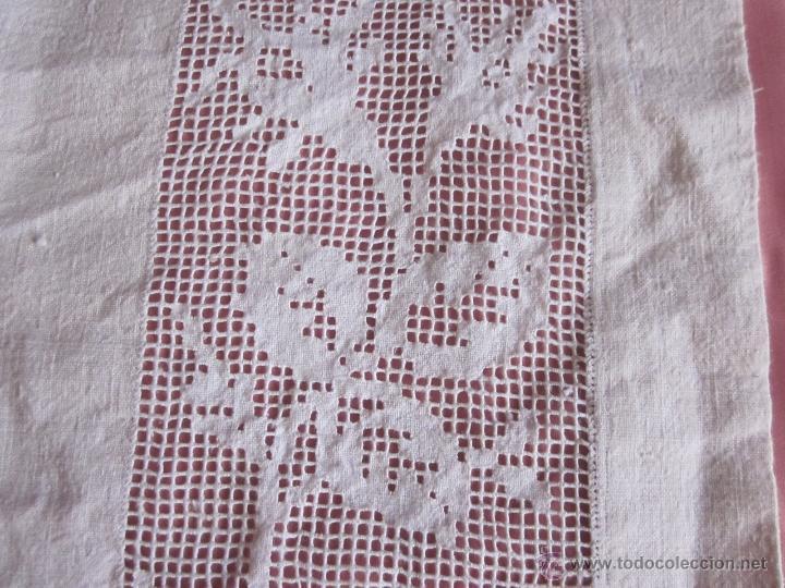 Antigüedades: Antiguo tapete de hilo tejido en telar doméstico bordado a mano - Foto 3 - 41590421