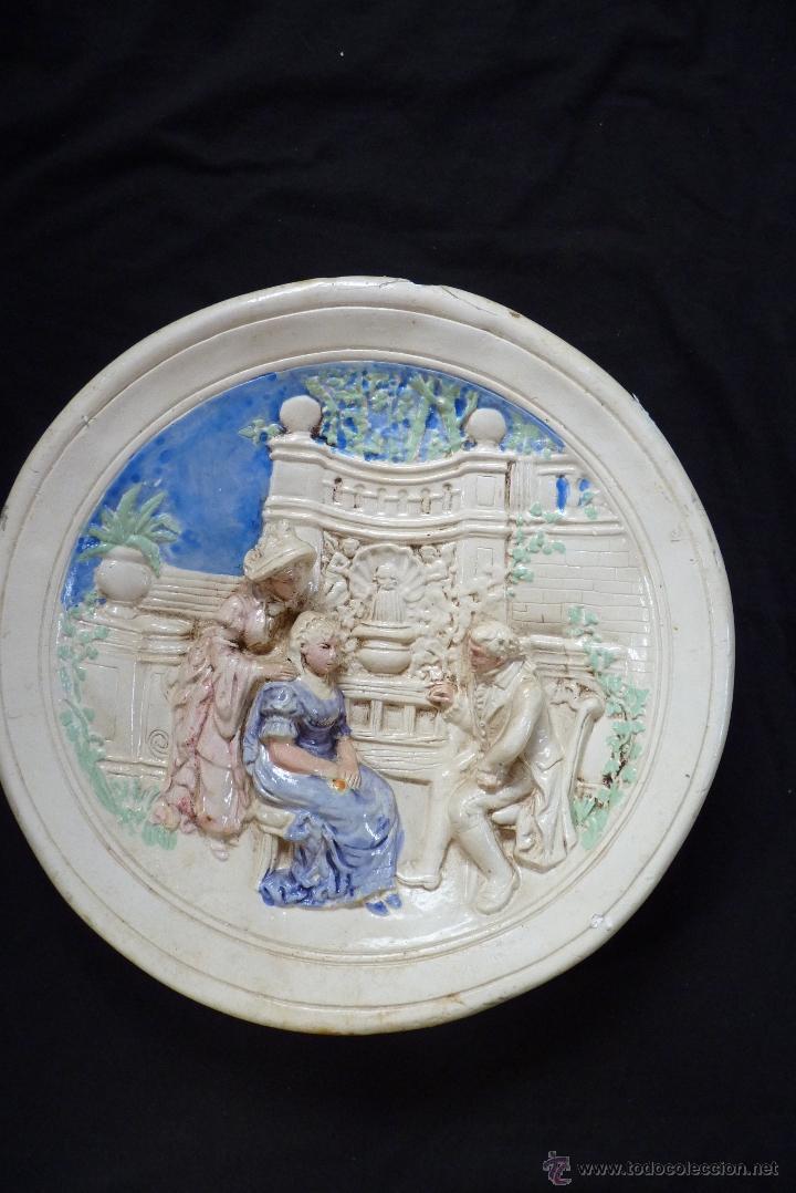 Antigüedades: ORIGINAL PLATO DE ESCAYOLA EN ALTO RELIEVE COSTUMBRISTA POLICROMADO Y VIDRIADO, MEDIADOS SIGLO XX - Foto 2 - 41601943