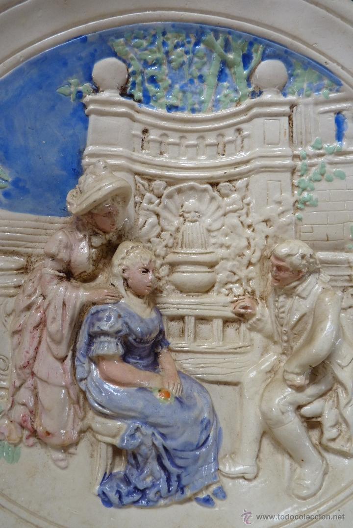 Antigüedades: ORIGINAL PLATO DE ESCAYOLA EN ALTO RELIEVE COSTUMBRISTA POLICROMADO Y VIDRIADO, MEDIADOS SIGLO XX - Foto 3 - 41601943