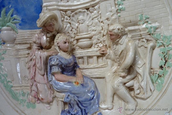 Antigüedades: ORIGINAL PLATO DE ESCAYOLA EN ALTO RELIEVE COSTUMBRISTA POLICROMADO Y VIDRIADO, MEDIADOS SIGLO XX - Foto 9 - 41601943