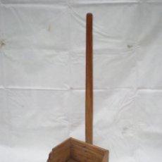 Antigüedades: ANTIGUO RECOGEDOR GRANDE DE MADERA, ALTURA TOTAL 78 CM. ANCHO 33 CM. ALTURA CAJÓN 14,5 CM.. Lote 41610650