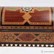 Antigüedades: COFRE JOYERO DE TARACEA GRANADINO, 1920S. 23 CM DE LARGO X 13 DE ALTO, EN BUEN ESTADO. Lote 219145253