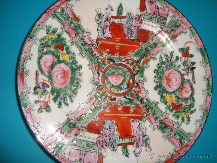 PLATO DE PORCELANA CHINA CON DECORACION FLORAL Y ESCENA COSTUMBRISTA 20 CM (Antigüedades - Porcelanas y Cerámicas - China)