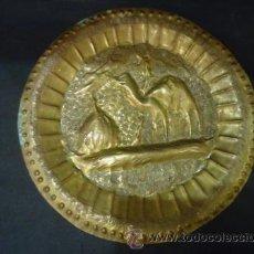 Antigüedades: PLATO DE LATON DECORADO. Lote 41703204