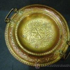 Antigüedades: ANTIGUO PLATO TIPO CUENCO EN LATON CON 2 ASAS.. Lote 41703732
