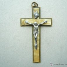 Antigüedades: PEQUEÑO CRISTO DE METAL CON CRUZ DE NACAR Y LATÓN. Lote 41709891