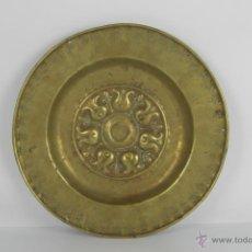 Antigüedades: PLATO LIMOSNERO EN BRONCE. CON MOTIVOS FLORALES. MARTILLADO A MANO. SIGLO XVIII.. Lote 41724064