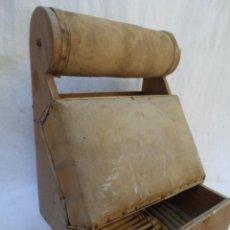 Antigüedades: MUEBLE ENCAJE BORDADO BOLILLOS MUNDILLO MUY BONITO CON 30 BOLILLOS PIEZA DE MUSEO. Lote 41743815