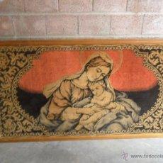 Antigüedades: GRAN TAPIZ CON MARCO DE MADERA DE VIRGEN MIDE 200 X 110 CM. Lote 42099405