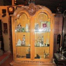 Antigüedades: PRECIOSA VITRINA DEL NORTE DE ESPAÑA, PROFUSAMENTE DECORADA, CON ADORNO DE CONCHA.. Lote 27588755