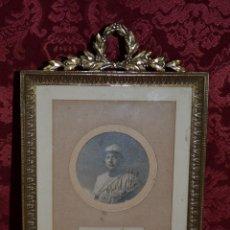 Antigüedades: PRECIOSO PORTAFOTOS EN LATON DORADO,ESTILO LUIS XVI,CON FOTO DE MILITAR FECHADO 1916. Lote 42230495