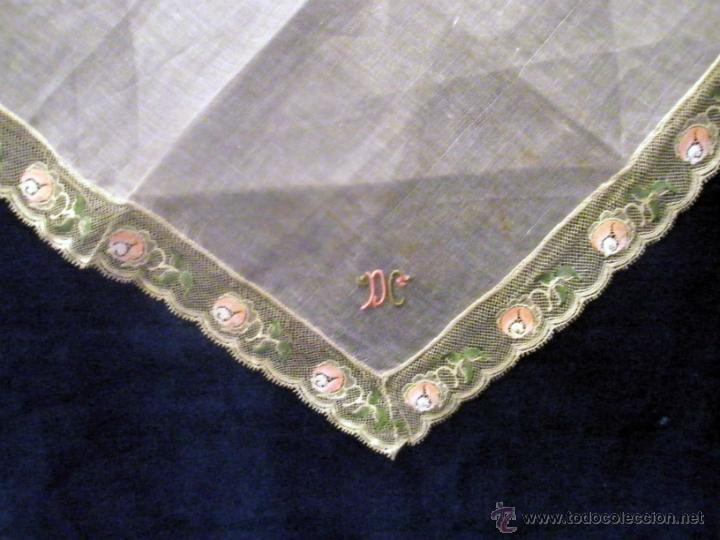 Antigüedades: Pañuelo de organda, iniciales bordadas y puntilla de tul bordada 23 cm de lado. Sin uso - Foto 2 - 42290868