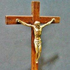Antigüedades: CRISTO DE BRONCE DE BULTO REDONDO DEL S. XVIII CON CRUZ Y PEANA DE NOGAL. . Lote 42291375