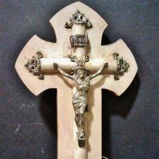 Antigüedades: BENDITERA DE MADERA Y METAL CON CRISTO Y CONCHA. . Lote 42291378