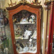 Antigüedades: ANTIGUA VITRINA ESTILO LUIS XV, EN MADERA DE CAOBA CON TRABAJO DE MARQUETERÍA Y ORNAMENTOS EN BRONCE. Lote 42309963
