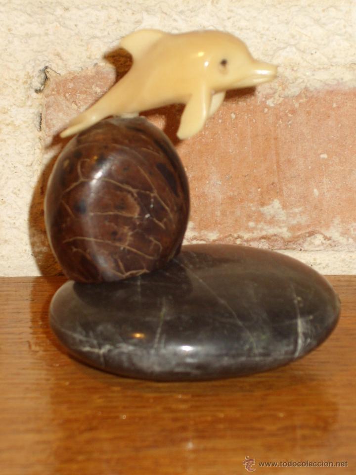 PISAPAPELES . PEQUEÑA FIGURA DELFIN EN HUESO O RESINA MONTADO EN PEANA DE PIEDRA PULIDA. (Antigüedades - Hogar y Decoración - Figuras Antiguas)