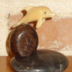Antigüedades: PISAPAPELES . PEQUEÑA FIGURA DELFIN EN HUESO O RESINA MONTADO EN PEANA DE PIEDRA PULIDA.. Lote 42337594