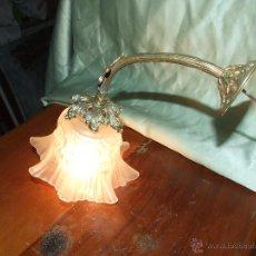 Antigüedades: LAMPARA, APLIQUE UNA LUZ DE BRONCE Y TULIPA DE VIDRIO TRANSPARENTE SATINADO. Lote 42341434
