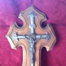 Antigüedades: CRUCIFICO DE METAL CON BENDITERA. Lote 42343544