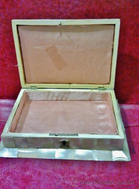 Antigüedades: Bonita caja recubierta de chapas de madreperla recortadas con cerradura. Interior en raso rosa. - Foto 2 - 42359143