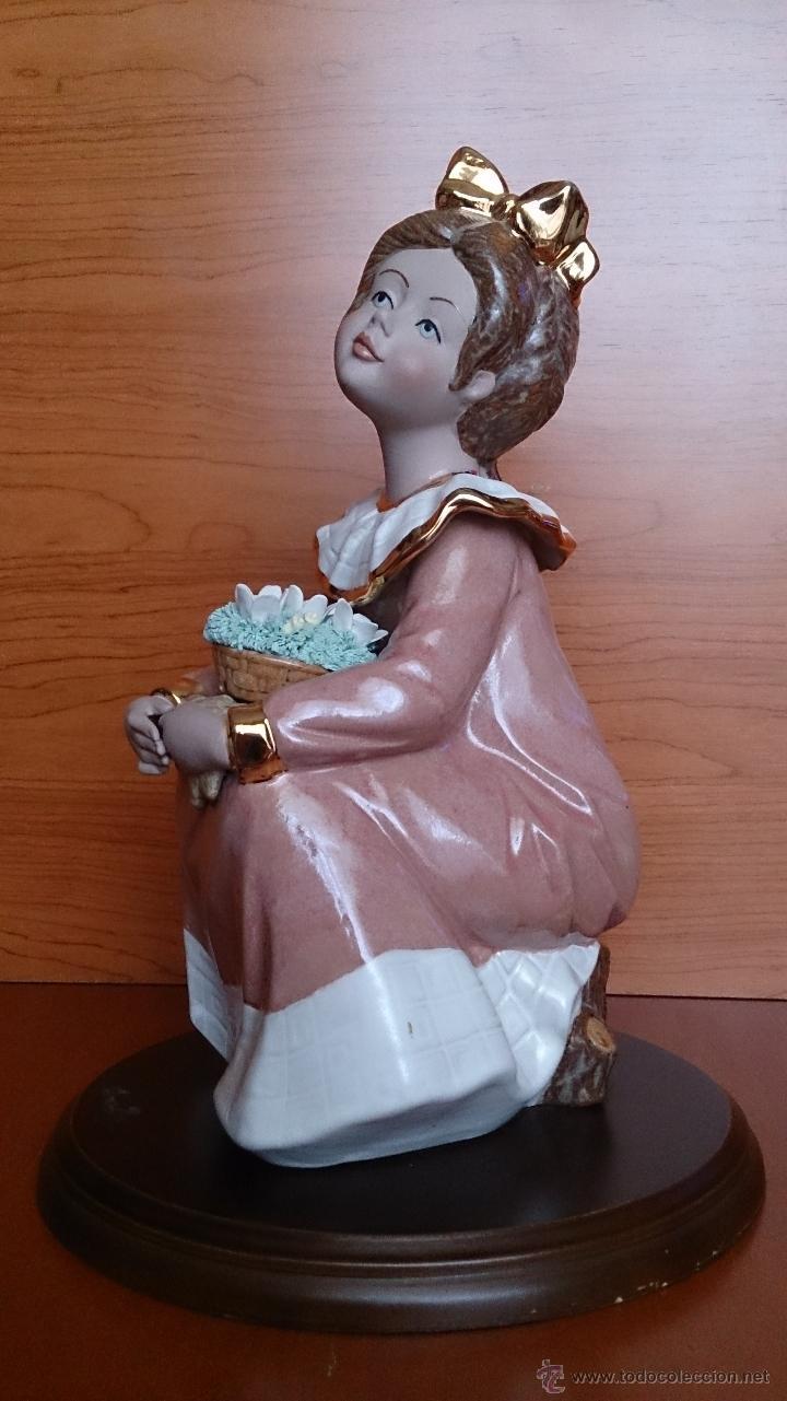 Antigüedades: Bonita figura de niña con cesta de flores en porcelana gres de la marca TENGRA sobre peana de madera - Foto 2 - 42360119